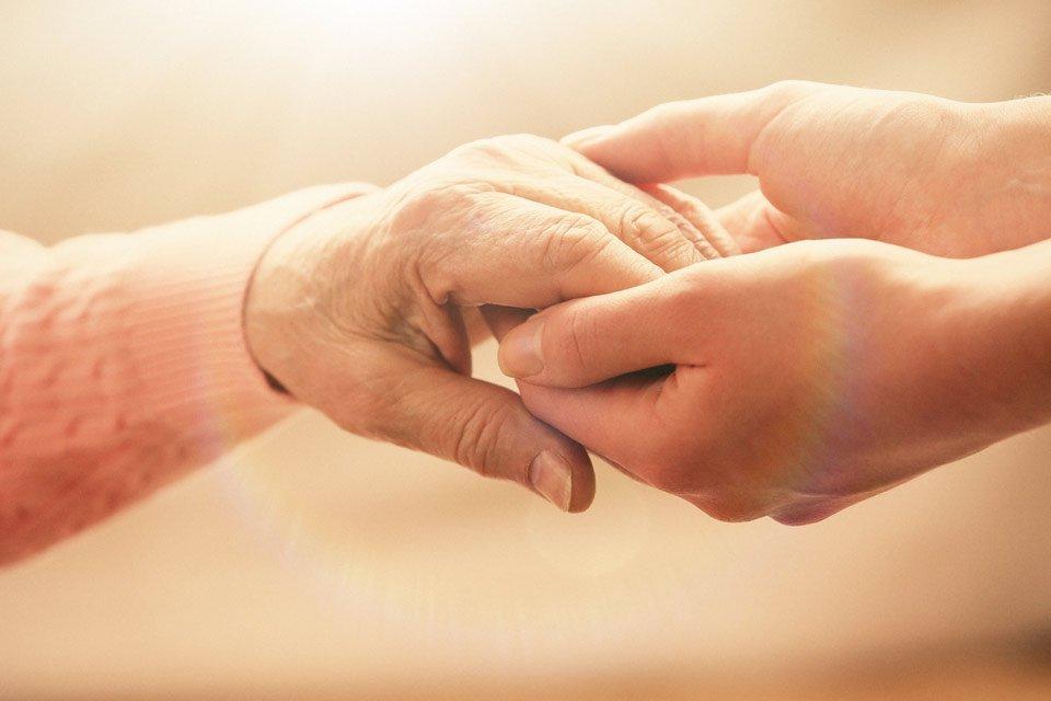 mani che si sostengono nel lutto