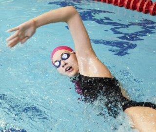 una donna mentre nuota in acqua