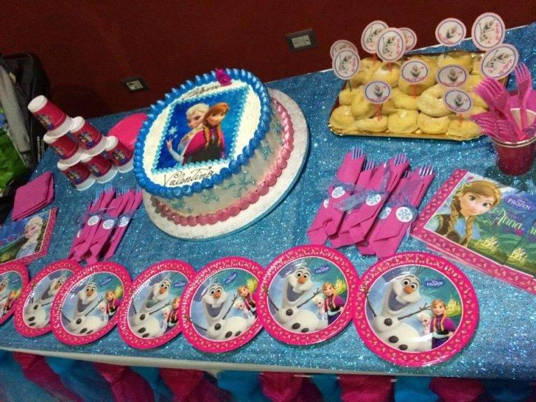 torta compleanno con altri oggetti