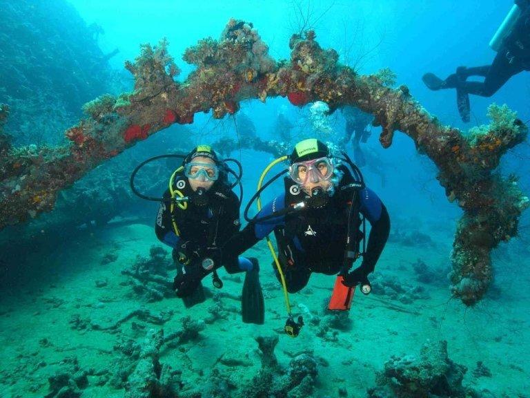 subacquei nella scogliera corallina
