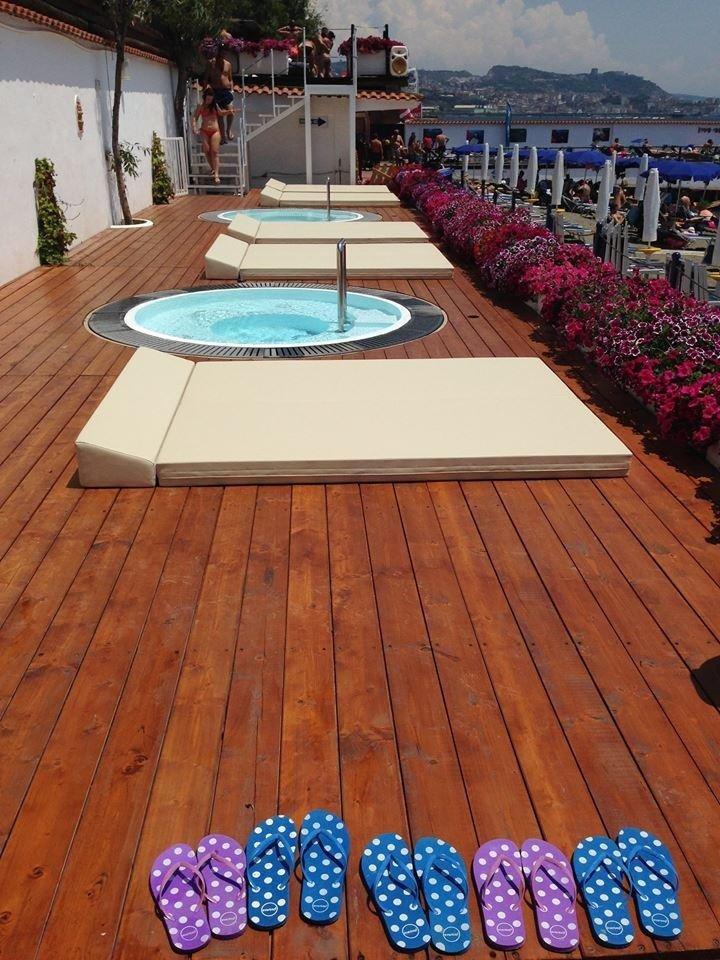 fila di lettini da spiaggia sul pavimento di legno con fiori