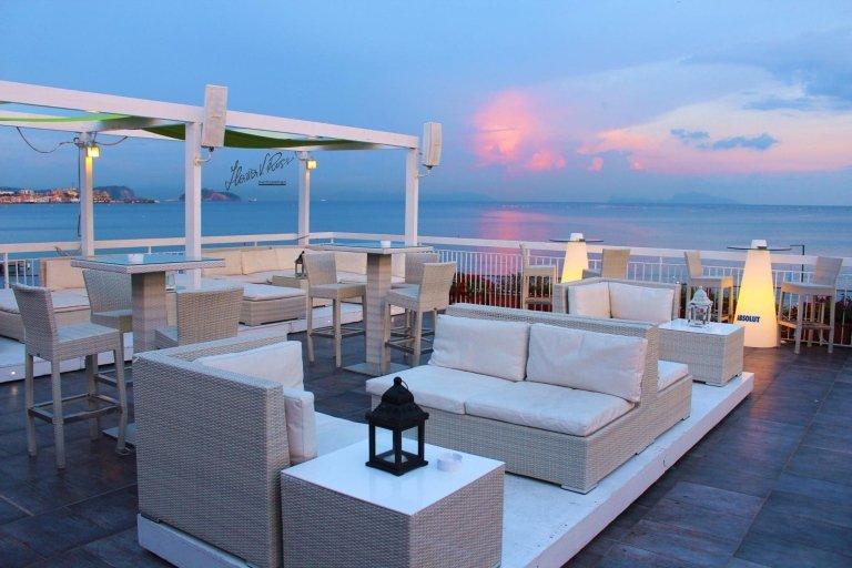 zona aperta di un bar con sulla una spiaggia