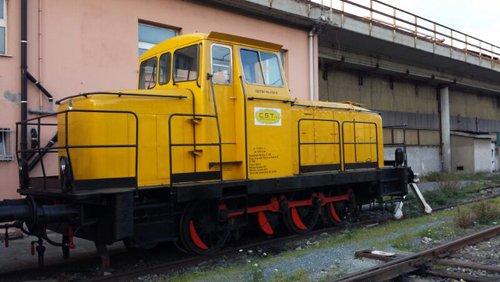 locomotore parcheggiato vicino a un muro