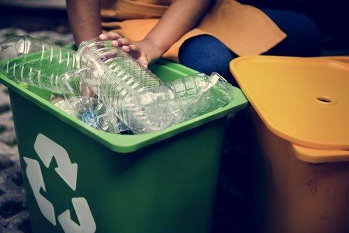 cestino con plastica per raccolta differenziata