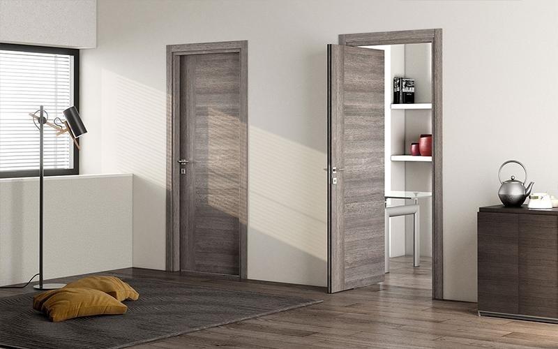 porte interne in legno grigie, una aperta
