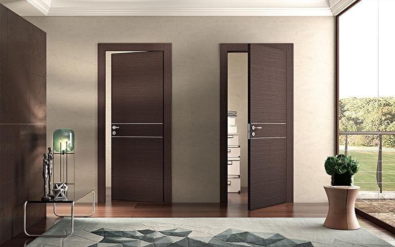 porte interne in legno scuro aperte