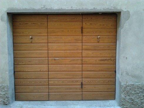 basculante in legno con porta di servizio