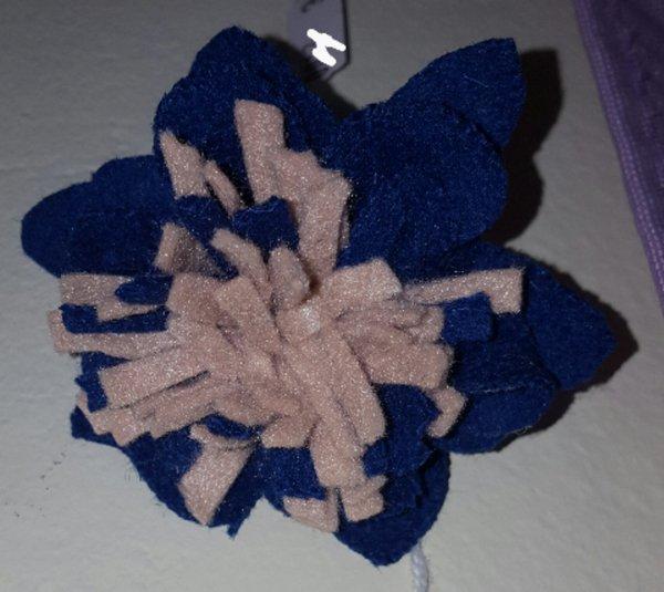 spilla in tessuto a forma di fiore blu e rosa