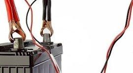 ricarica batteria per auto, sostituzione batteria auto, montaggio pezzi di ricambio