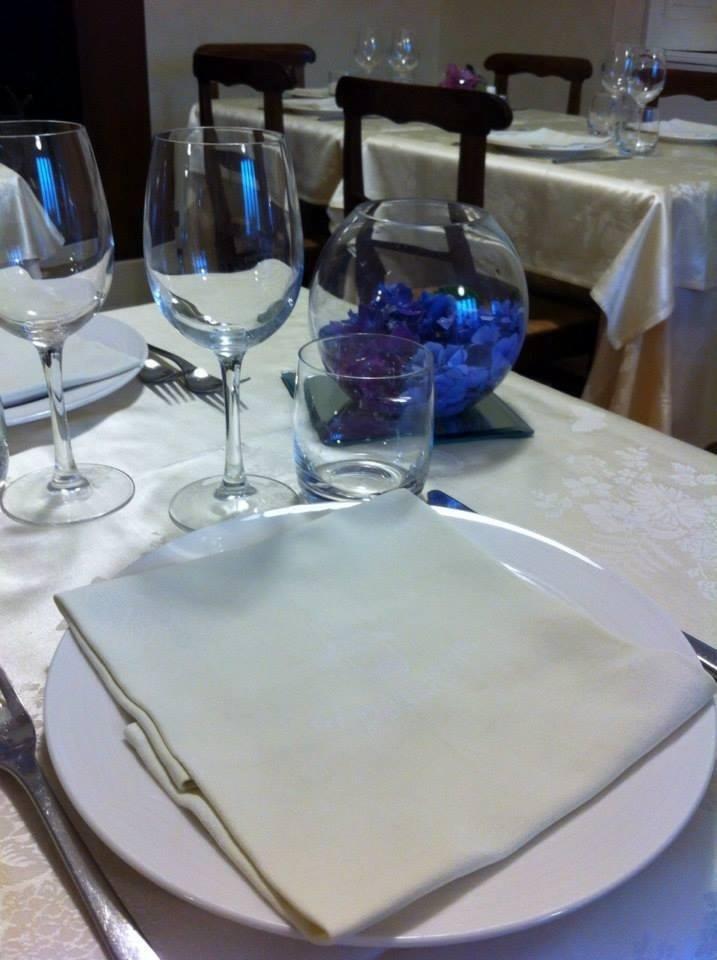 Preparazione tavoli per pranzo