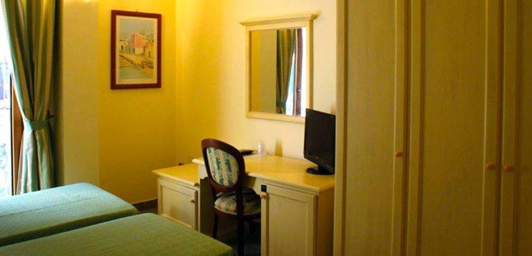 camera due letti scrittoio
