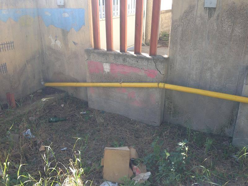 un tubo giallo all'esterno
