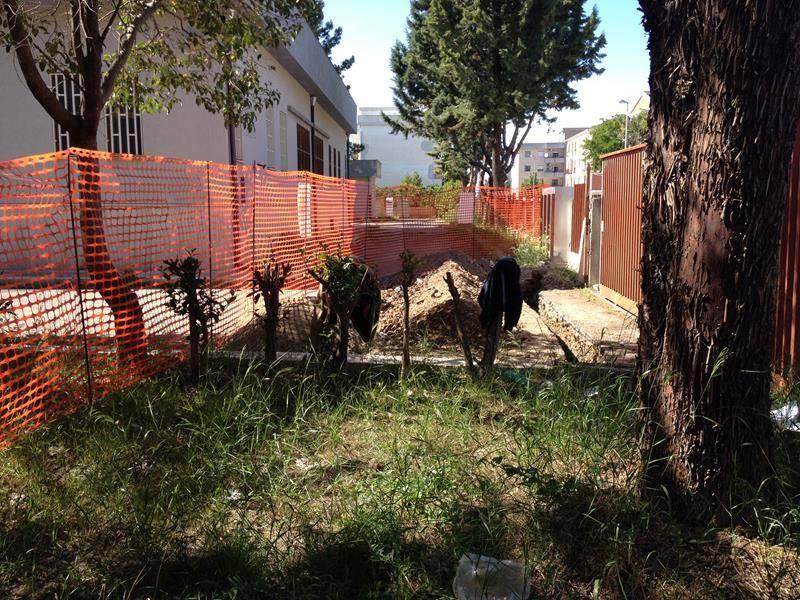 una rete rossa di lavori in corso un prato, e degli alberi