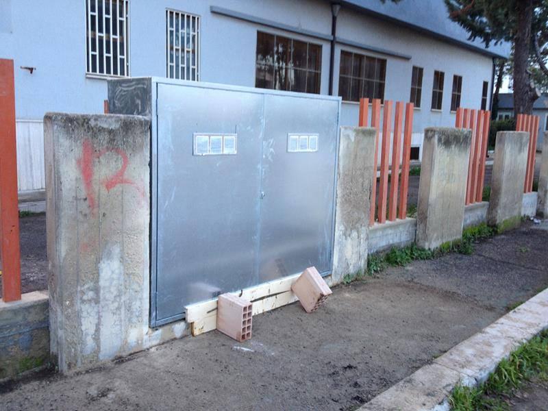 un armadio in metallo esterno
