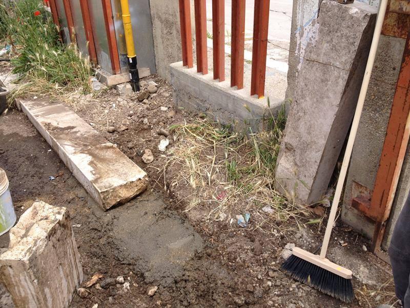 della terra, l'erba e una scopa