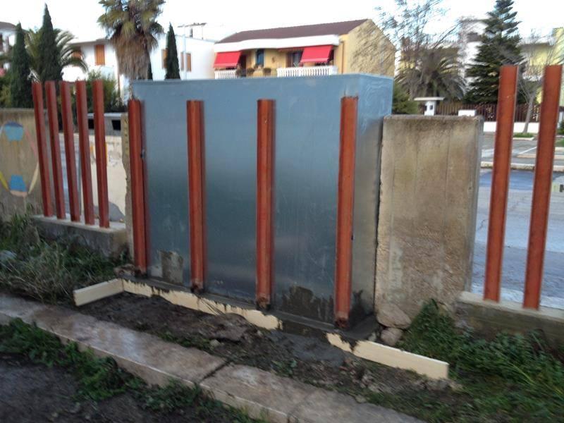 dei pilastri in legno e un armadio in ferro esterno