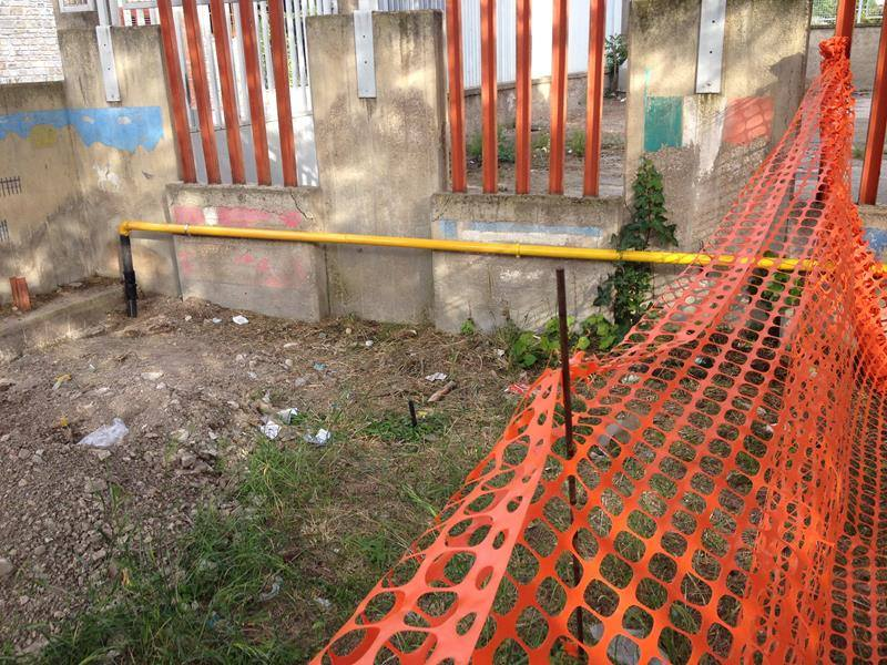 un tubo giallo, una rete di plastica rossa