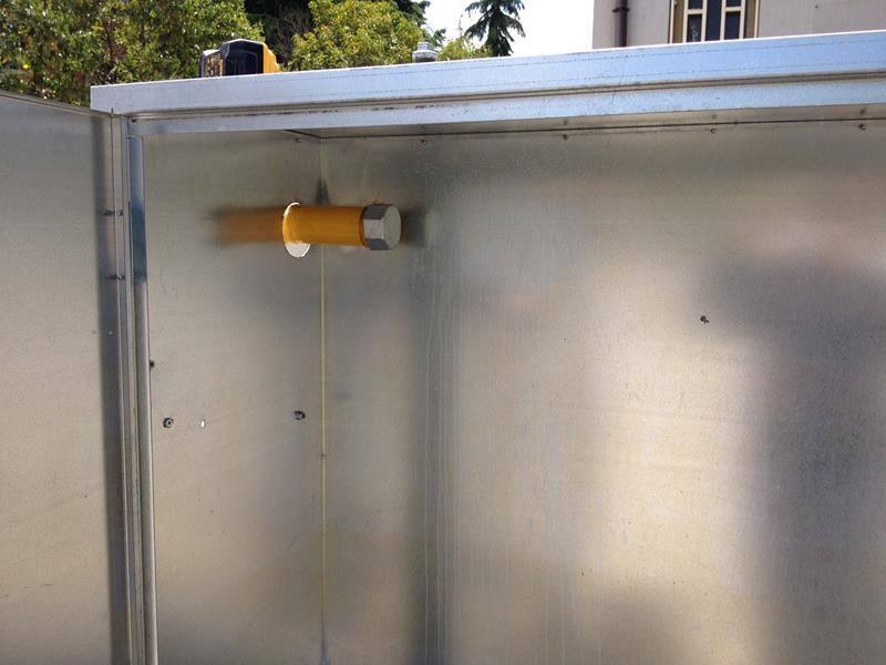 un tubo arancione con un bullone dentro a dun armadio di metallo