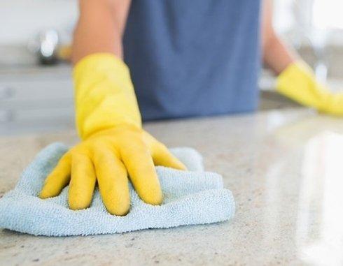 mano che  pulisce la cucina