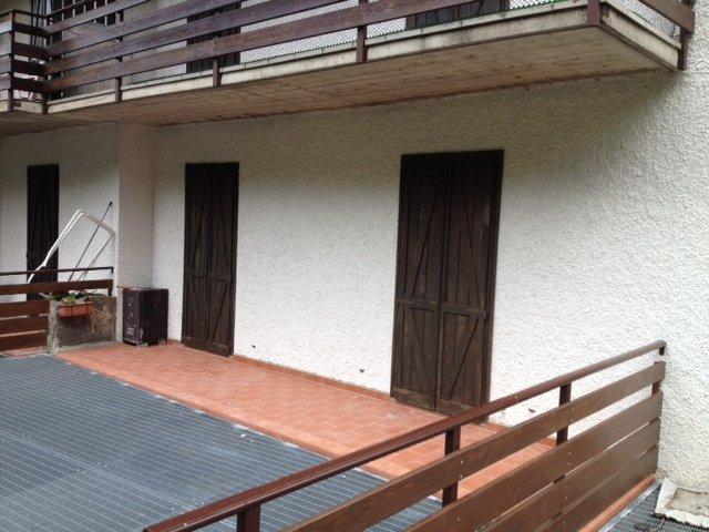 vista dal bancone di due finestre con delle persiane marroni scure
