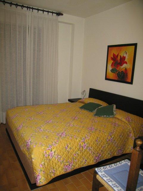 una camera da letto con un letto
