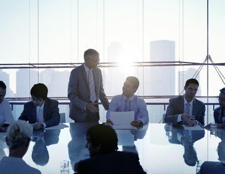 Uomini d'affari discutendo durante una riunione a Potenza