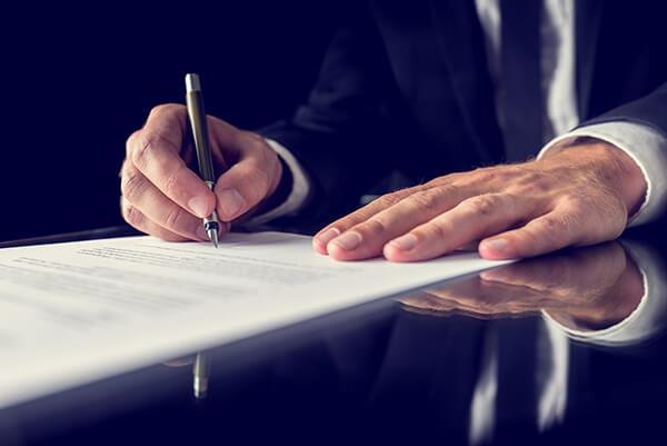 consulente aziendale firma un contratto