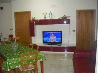 Stanze ben arredate, televisioni, porte, tavolo, sale