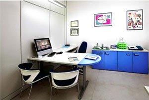 negozio interno con sedia da tavolo e un monitor a schermo