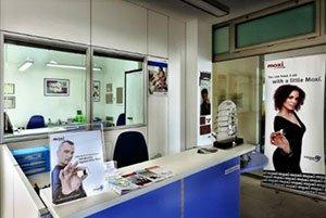 zona di front office con alcuni manifesti in mostra