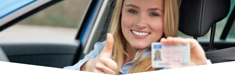 vista una donna al volante mostra la sua patente di guida
