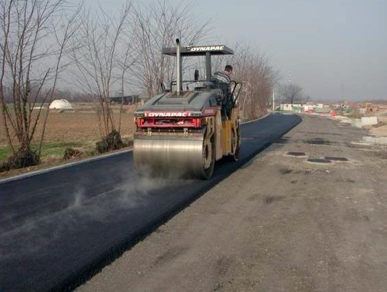 posa asfalto con mezzo