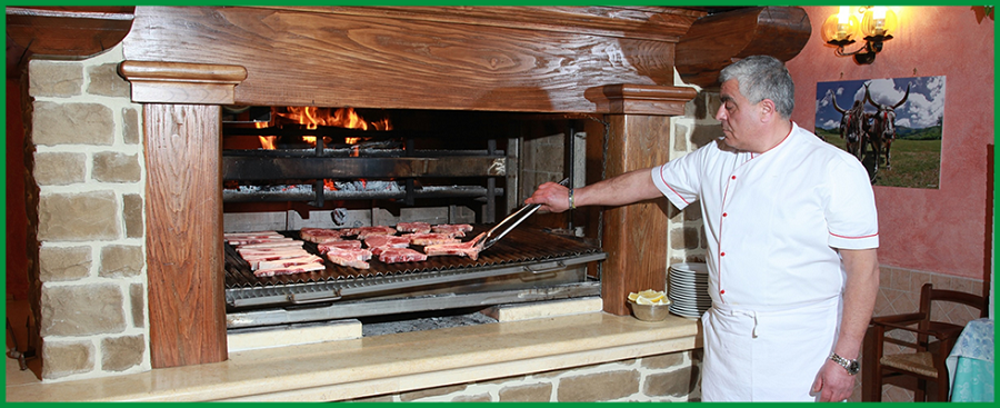 Lo chef controlla la grigliata di carne