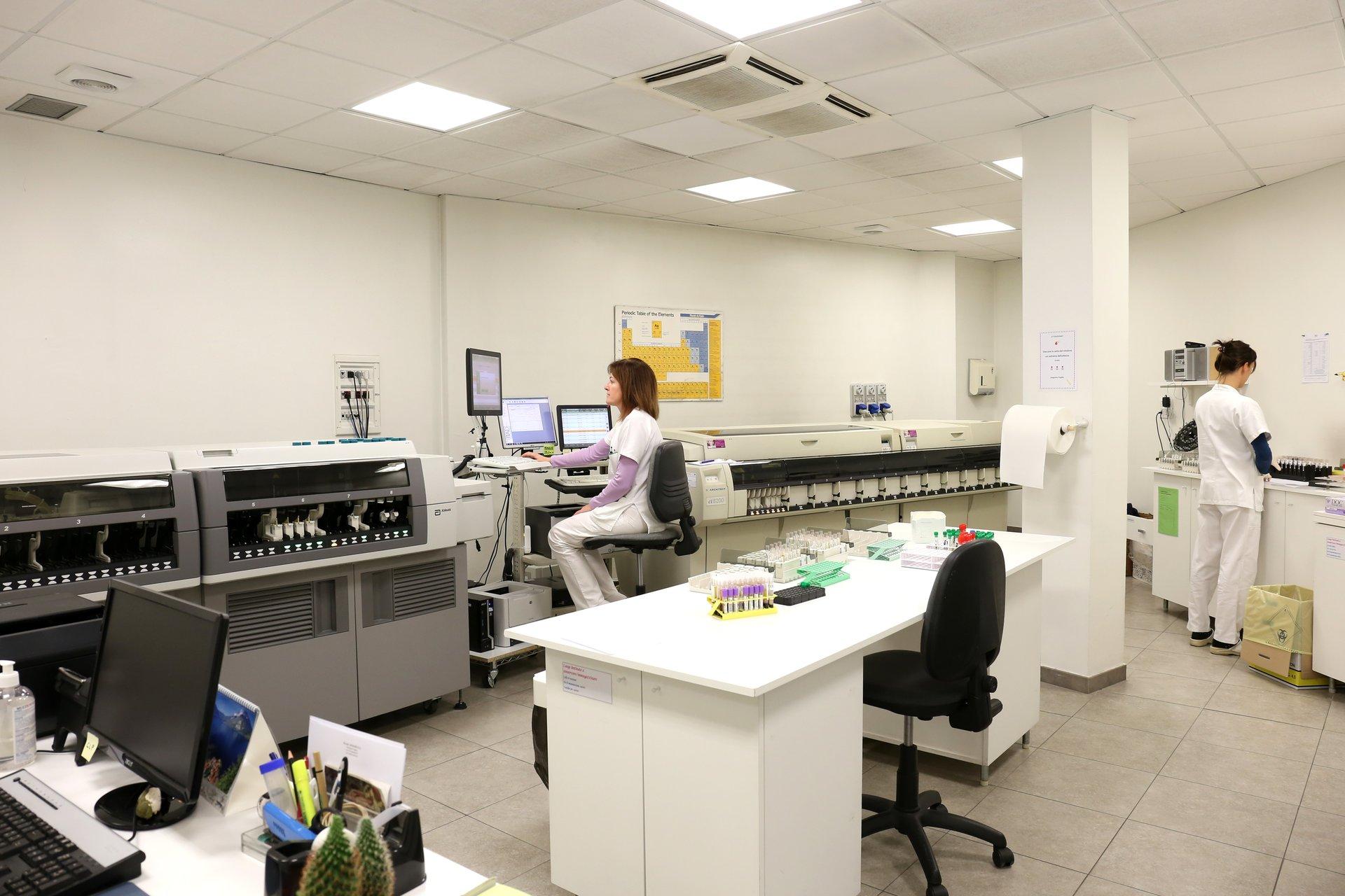 Un medico specialista usa una macchina del laboratorio di analisi cliniche