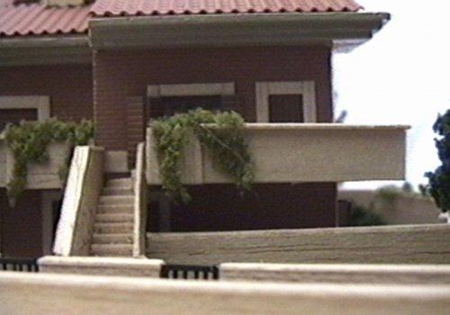 una casa con dei gradini e vista di un balcone