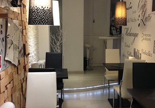 dei tavoli con sedie bianche e nere e dei muri con delle scritte
