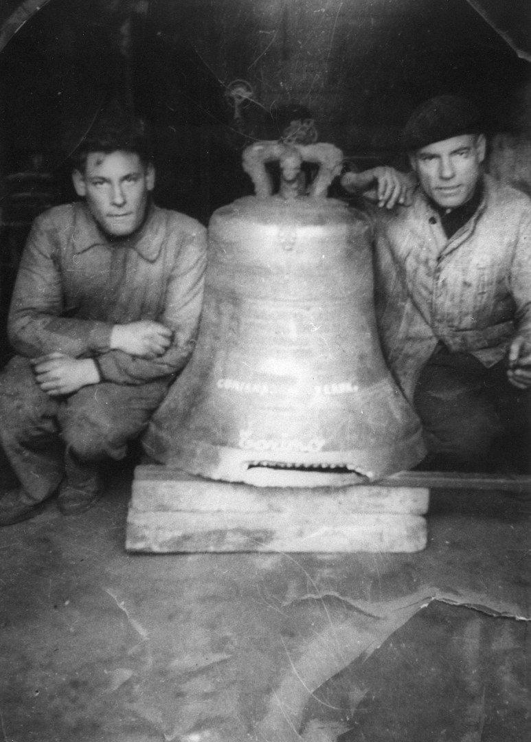 Foto antica del team Fagan Campane con una campana