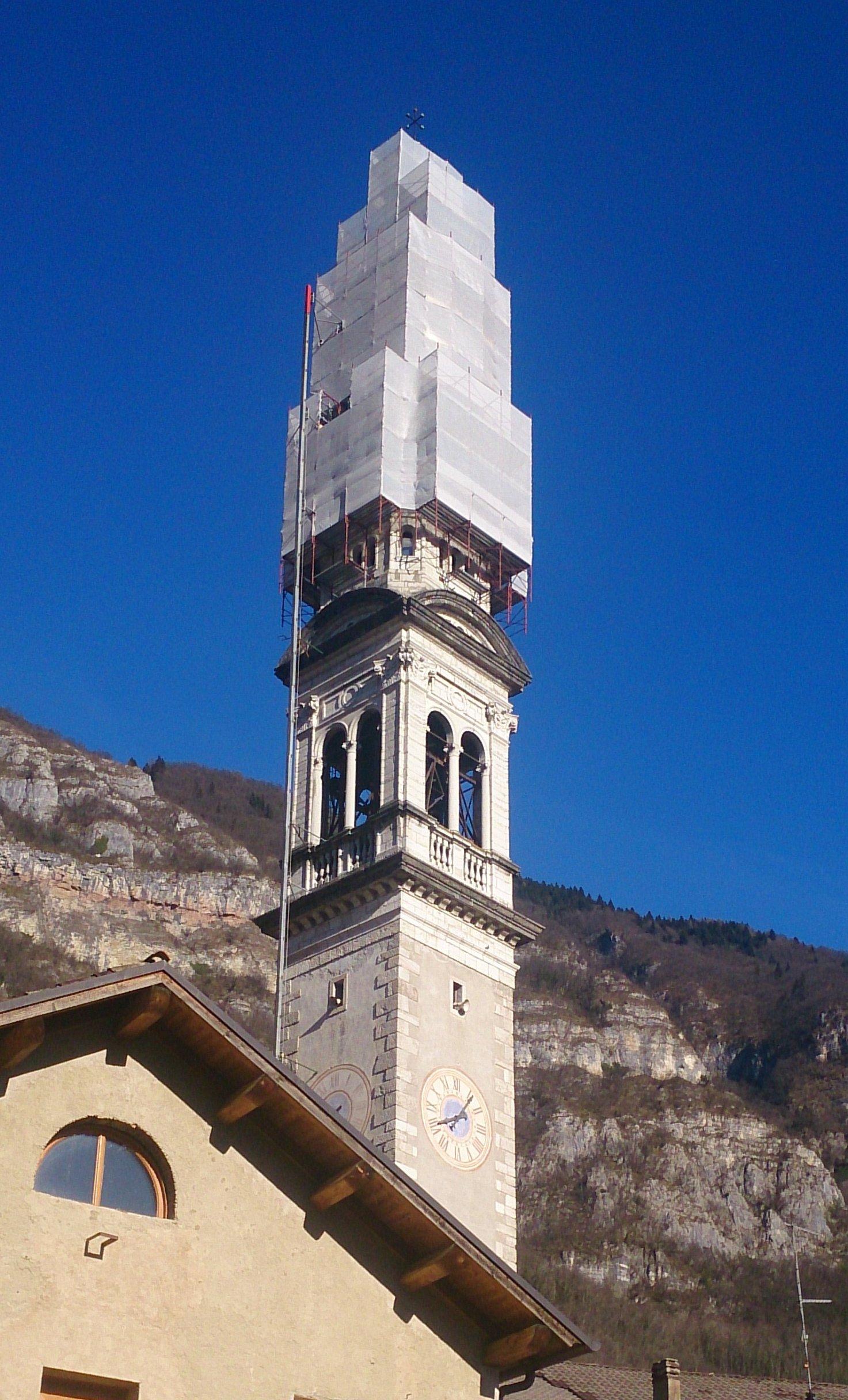 un campanile con struttura intorno per ripararlo