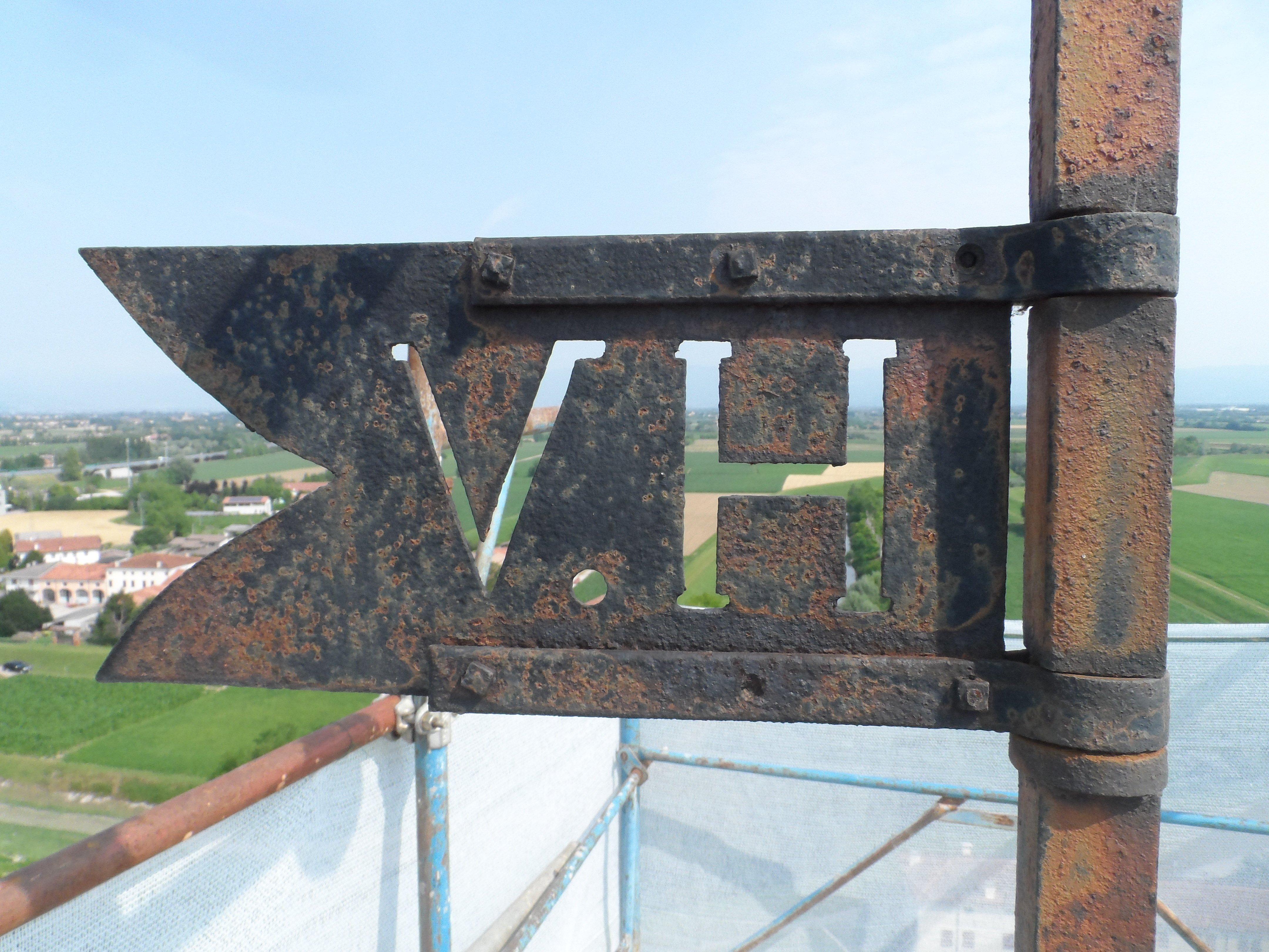 scritta VH incisa nel metallo