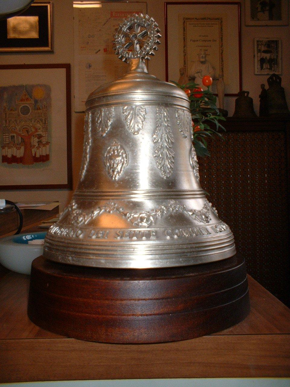 campana appoggiata su un tavolo