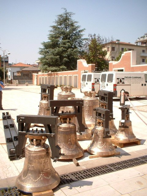 assortimento di campane per chiese