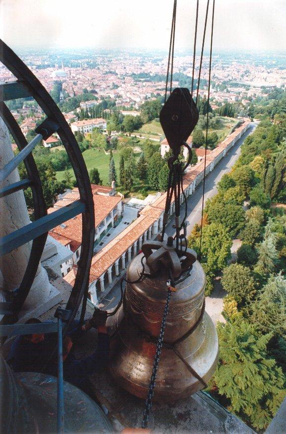 Una campana su una torre