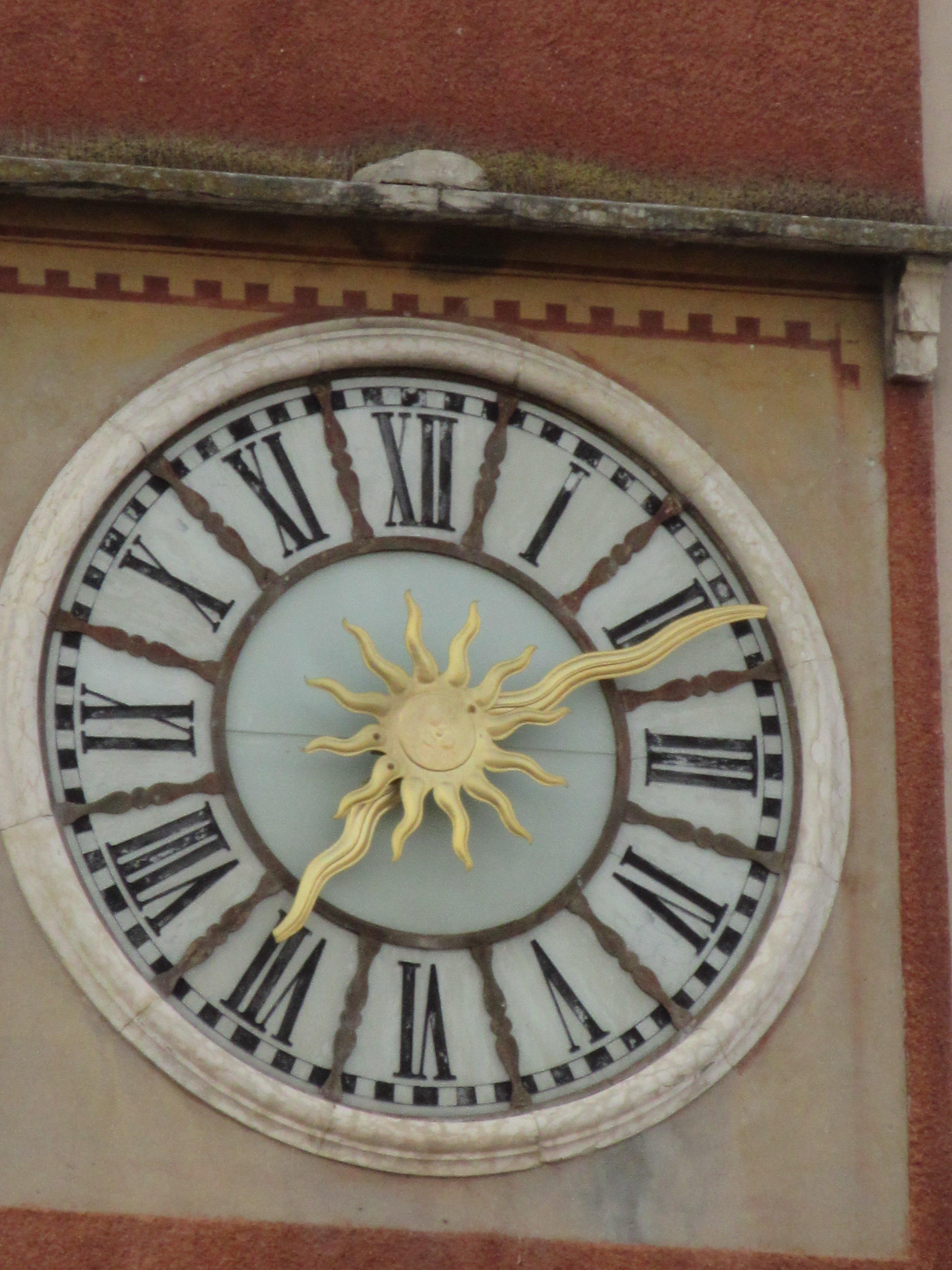 orologio di una chiesa