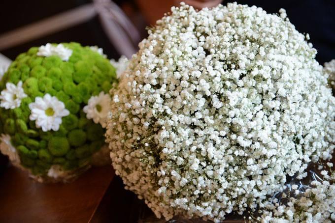 mazzo di fiorellini bianchi in primo piano