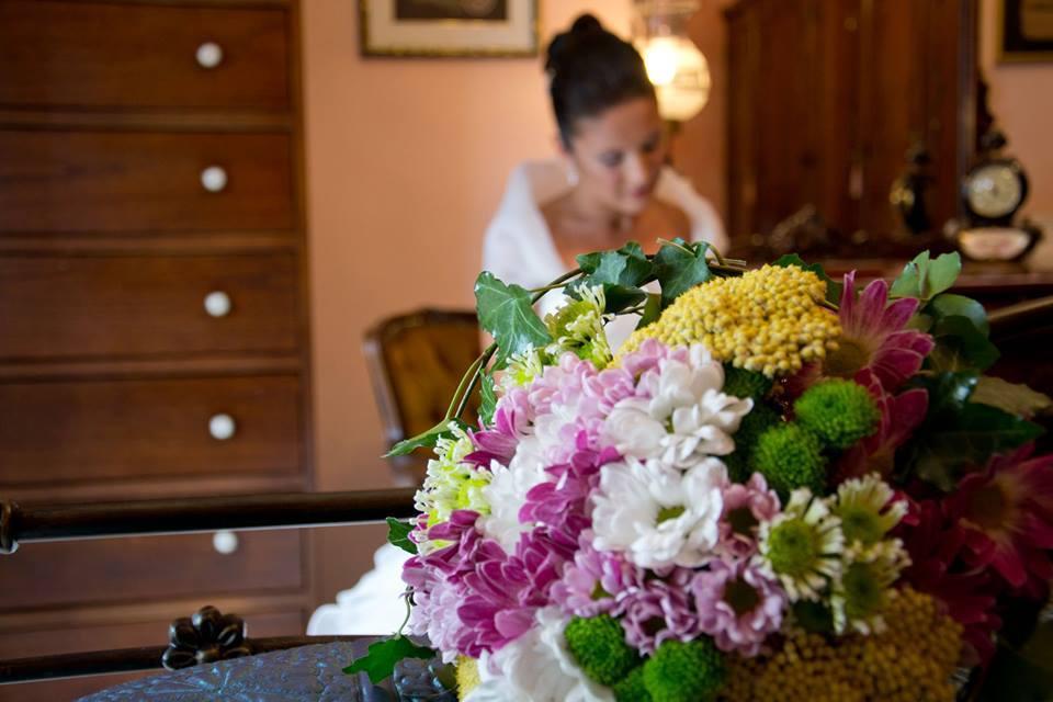 sposa su sfondo e mazzo di fiori in primo piano