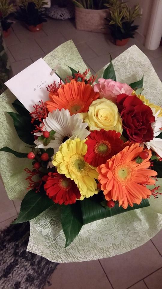 mazzo di fiori arancione e rosso