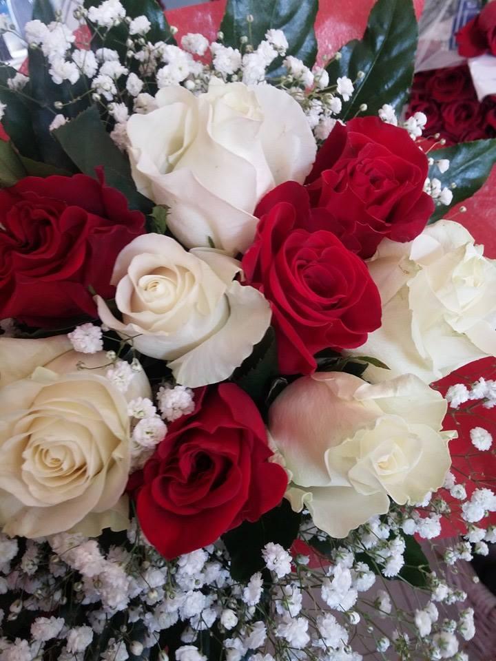 mazzo di fiori rosso e bianco