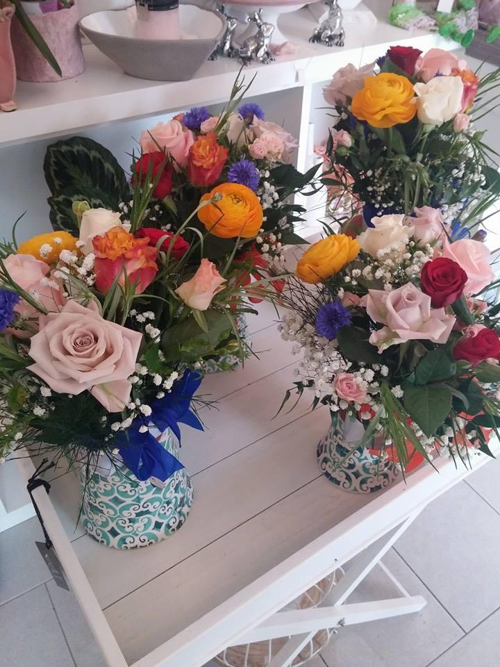 due mazzi di fiori su mobiletto in legno