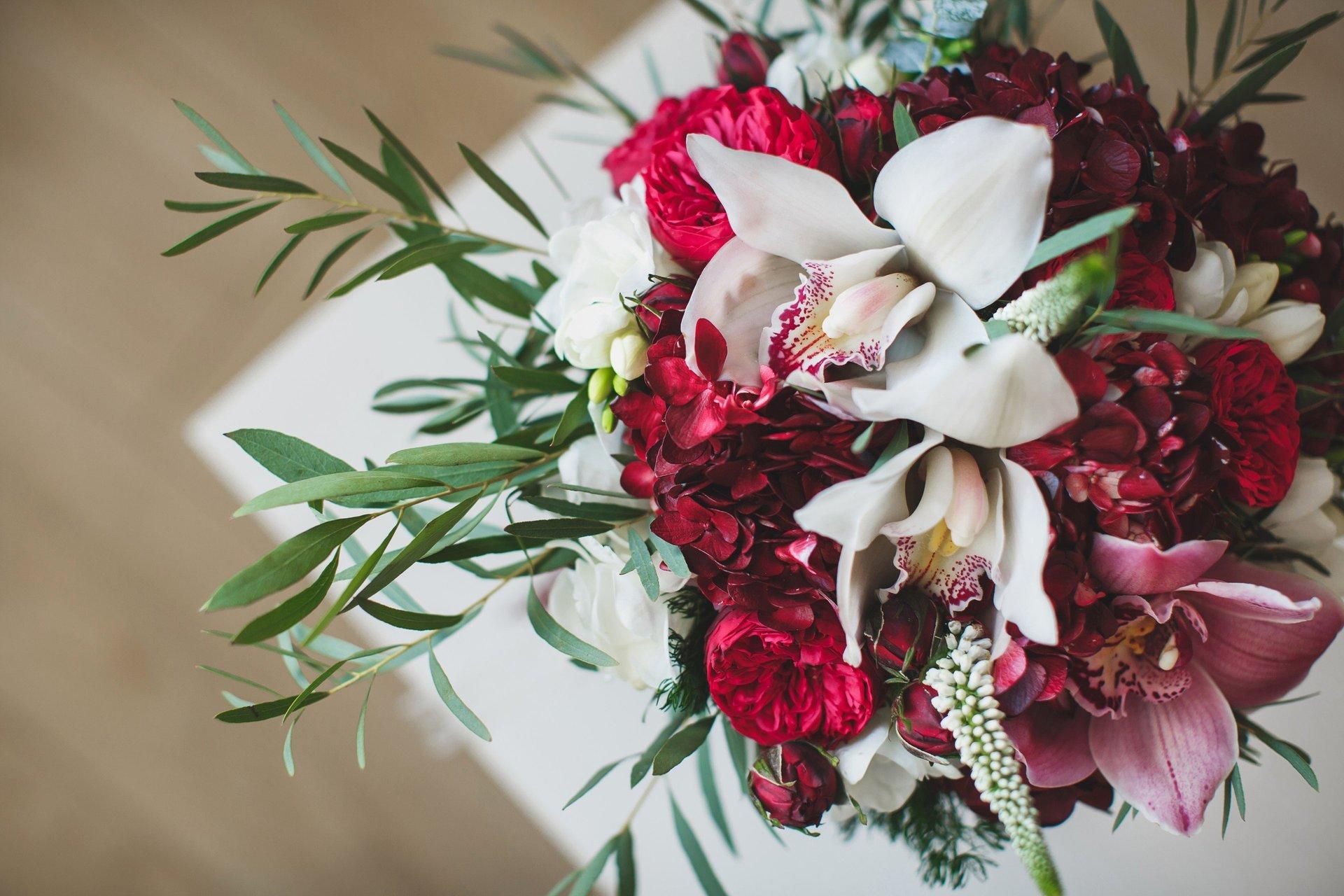 Bouquet di gigli bianchi e rossi