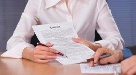 donna in camicia mostra una clausola in un contratto